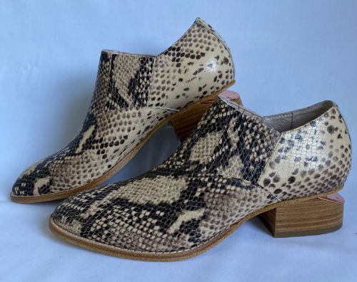 Mollini nude leather shoe with python pattern and 3.5cm wedge heel